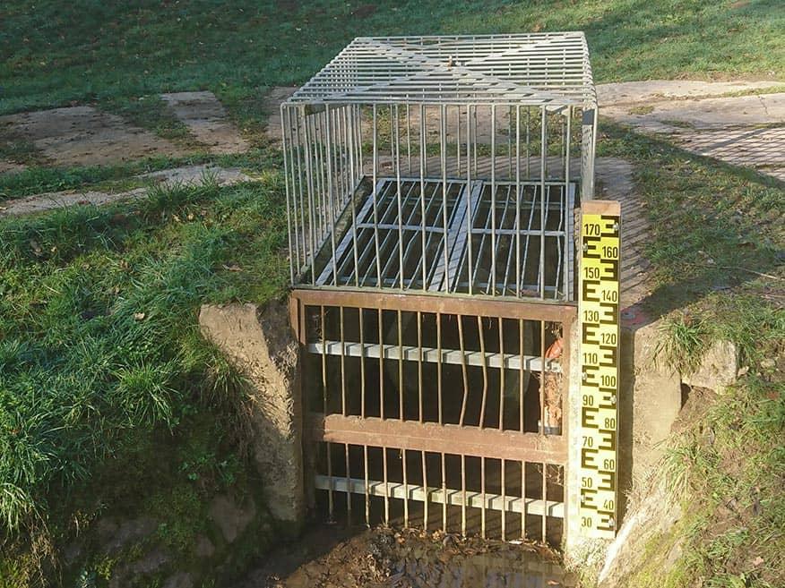 Einbau von Staffelpegeln und Treibgutsperren an verschiedenen Hochwasserrückhaltebecken